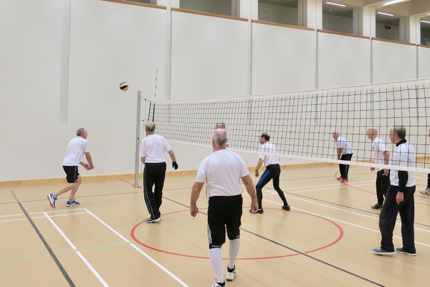 Turun Voimistelijat pelaamassa lentopalloa